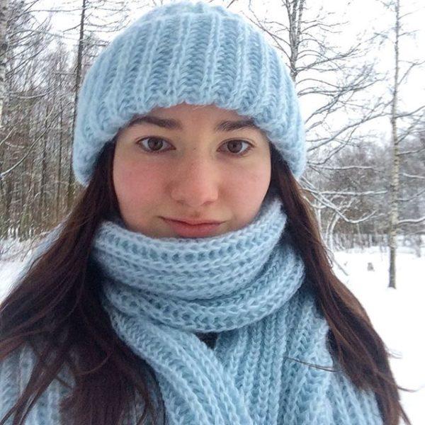 Комплект шапка и шарф голубого цвета